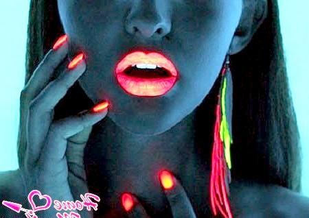 Світяться нігті - спосіб яскраво заявити про себе