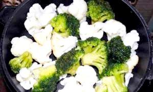 Тілапія, запечена з цвітною капустою і брокколі