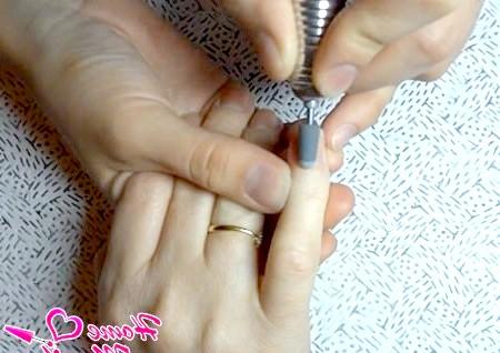 Фото - шліфування нігтів спеціальною насадкою для апаратного манікюру
