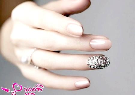 Фото - короткі гелеві нігті нареченої з гарним декором