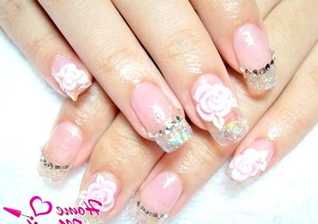 Фото - невеликі нарощені нігті з об'ємні декором