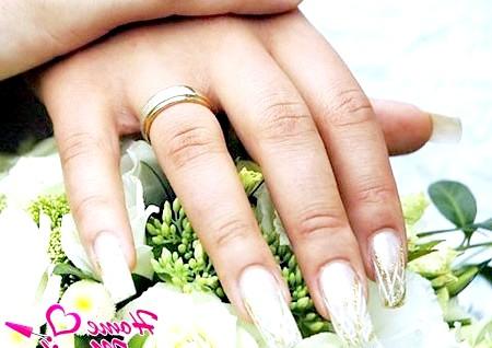 Фото - весільне нарощування нігтів в тон букета нареченої