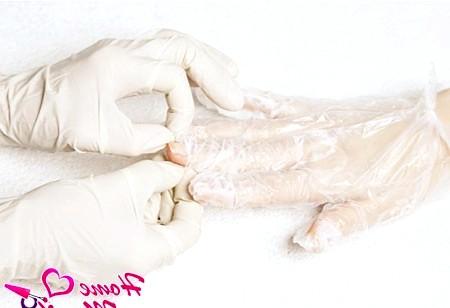 Фото - початок знімання рукавичок