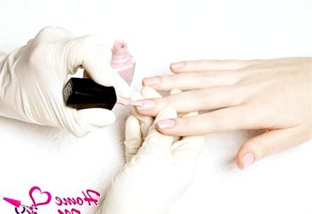 Фото - нанесення на нігті кольорового лаку