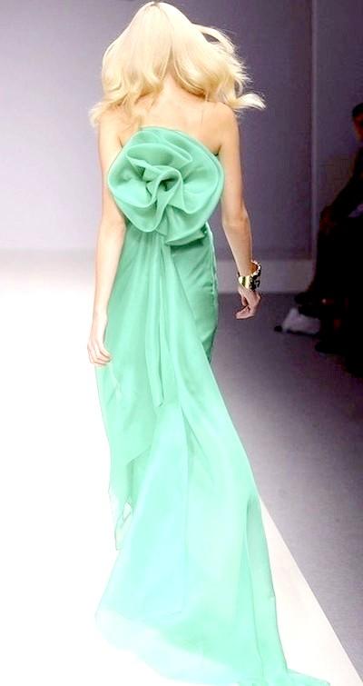Фото - Світло-зелене плаття з відкритою спинкою, бантом і з шикарним шлейфом