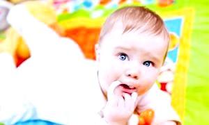 У якому віці дитина починає сидіти і чи потрібно йому допомагати?