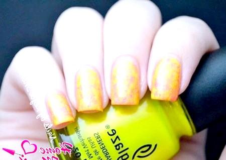 Фото - мармур на нігтях в жовто-помаранчевих тонах