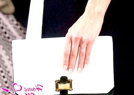 Фото - nude манікюр на нігтях моделі
