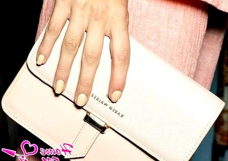 Фото - пастельний манікюр на руках моделі