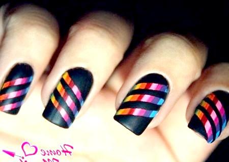 Фото - яскраві діагональні смужки на матових нігтях