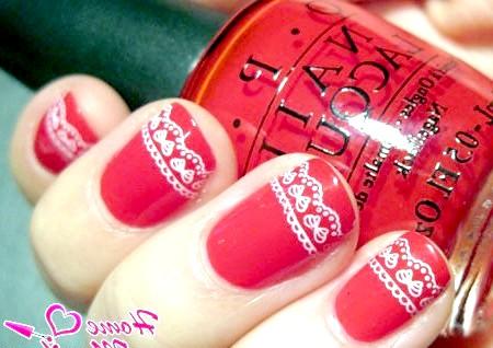 Фото - білі мережива стемпинг на червоних нігтях