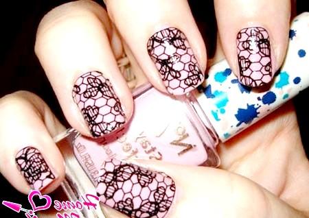 Фото - мереживний малюнок на ніжно-рожевих нігтях