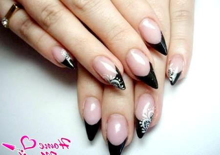 Фото - манікюр френч на гострих нігтях в чорному кольорі