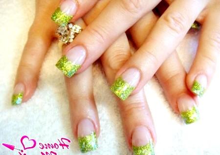 Фото - френч манікюр із зеленими блискітками