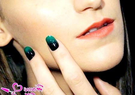 Фото - чорно-зелений манікюр омбре