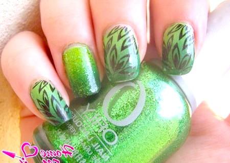 Фото - зелений градієнтний манікюр з чорним декором