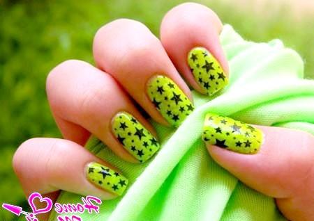 Фото - чорні зірочки на яскравих салатових нігтях
