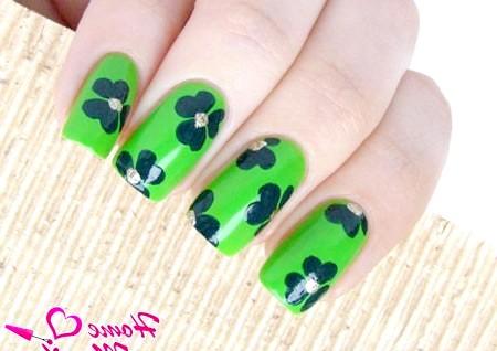 Фото - зелений манікюр з малюнками клеверов
