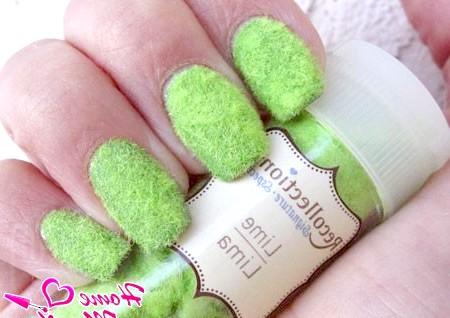 Фото - оксамитові нігті салатового кольору