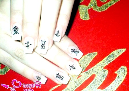 Фото - китайські ієрогліфи на білому френчі