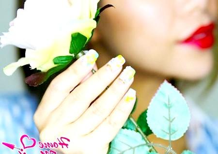 Фото - маленькі нарощені нігті з декоративним ліпленням