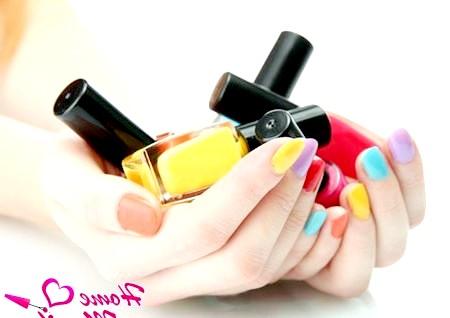 Фото - лаки для нігтів в руках дівчини