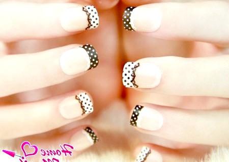 Фото - чорно-білий гороховий дизайн нігтів з мереживом
