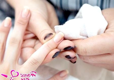 Фото - поліровка нігтьової пластини лляною серветкою