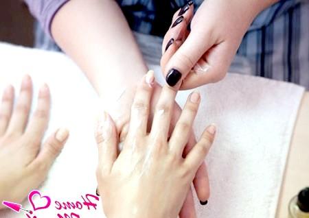 Фото - нанесення крему і масаж рук
