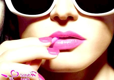 Жіночний і романтичний рожевий колір в манікюрі