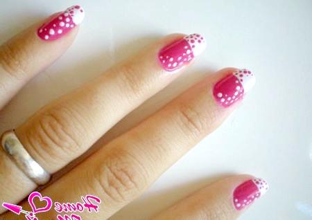 Фото - біло-рожевий стильний дизайн нігтів