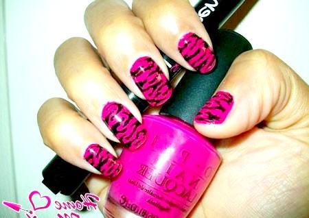 Фото - тигровий принт на яскраво-рожевих нігтях
