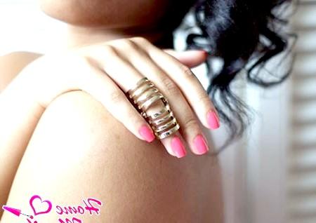 Фото - рожевий лак на нігтях дівчата