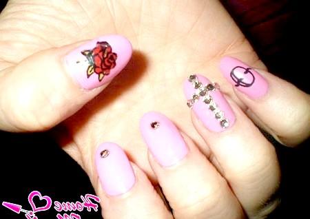 Фото - рожевий дизайн нігтів з золотим хрестом з страз