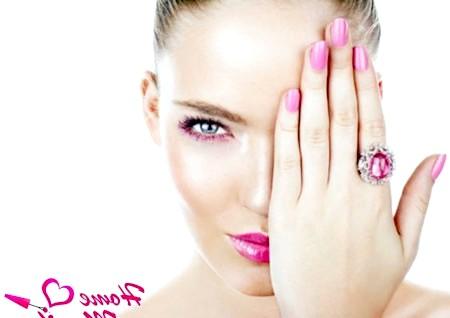 Фото - гармонія рожевого манікюру та макіяжу