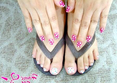Фото - білий горох на рожевих нігтях рук
