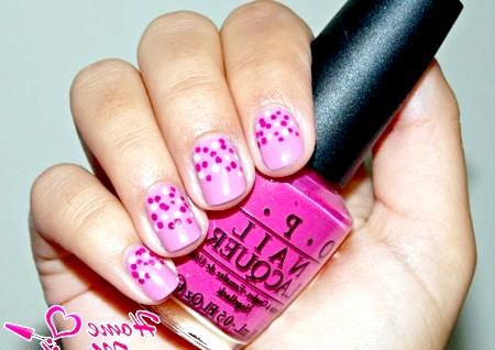 Фото - точковий малюнок на рожевих нігтях