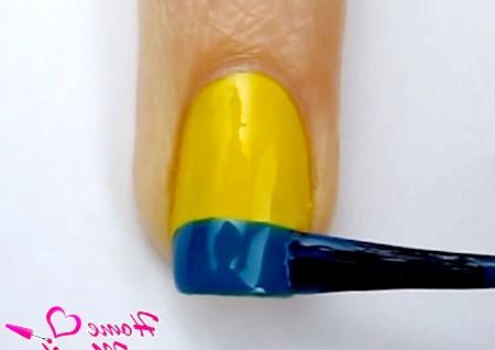 Фото - синя смужка на кінчику нігтя в два шари
