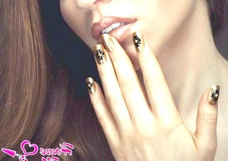Золотий нейл-арт - прикраса рук королеви