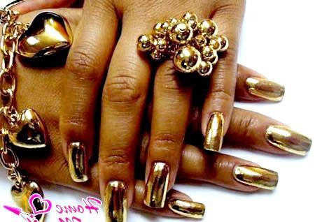 Фото - золоті наклейки Мінкс на нігтях
