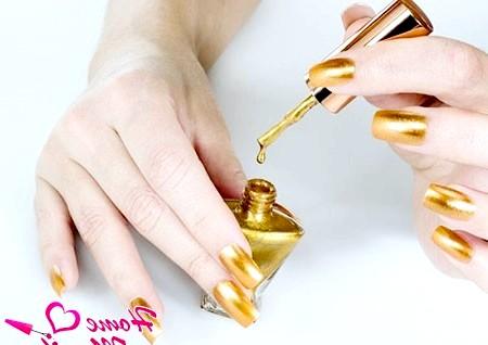 Фото - золотий лак для нігтів
