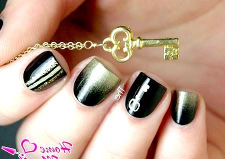 Фото - золоті блискітки на чорних нігтях