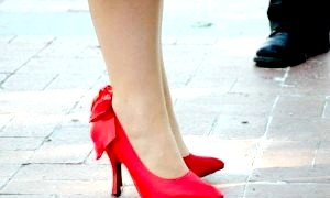 Що носити з червоними туфлями: зухвалі й елегантні варіанти