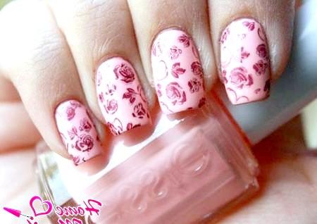 Фото - ніжно-рожевий квітковий нейл-арт