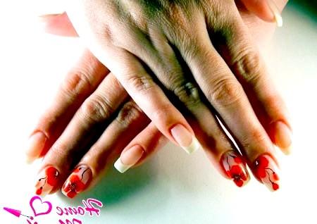 Фото - стильний дизайн нігтів з маками