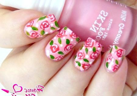 Фото - акуратний манікюр з красивими трояндочками