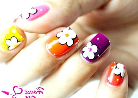 Фото - білі квіти на різнокольорових нігтях