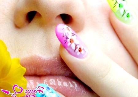Фото - квітковий нейл-арт на нігтях різного колір