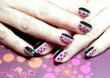 Фото - чорно-рожевий дизайн нігтів шеллак зі стразами