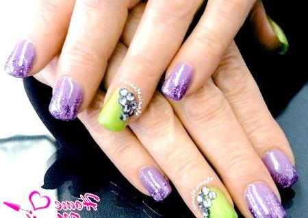Фото - стильний дизайн нігтів шілак з глітером і стразами